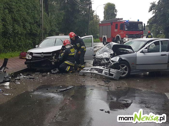 Groźne zderzenie dwóch samochodów na Garncarskiej [FOTO]