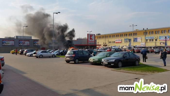 Pożar samochodu przed Kauflandem [FOTO]