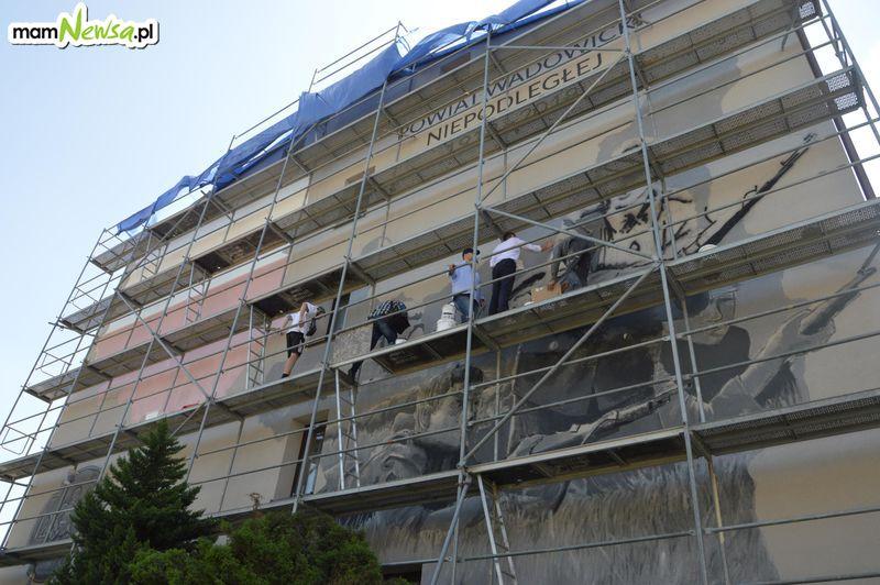 Starosta zaczął... malować ścianę. Zniszczona elewacja zmienia oblicze. O co chodzi? [FOTO]