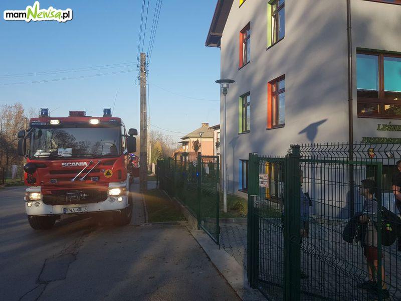 Strażacy w akcji. Pożar budynku i zadymienie w szkole [FOTO]