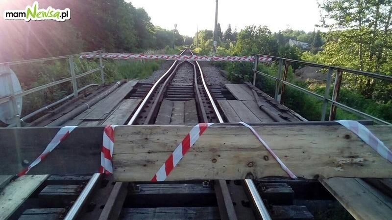 Wstrzymany ruch pociągów, ciężarówka uszkodziła wiadukt
