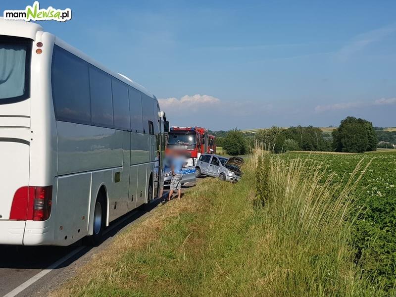 Zderzenie samochodu z autobusem przewożącym dzieci [FOTO]