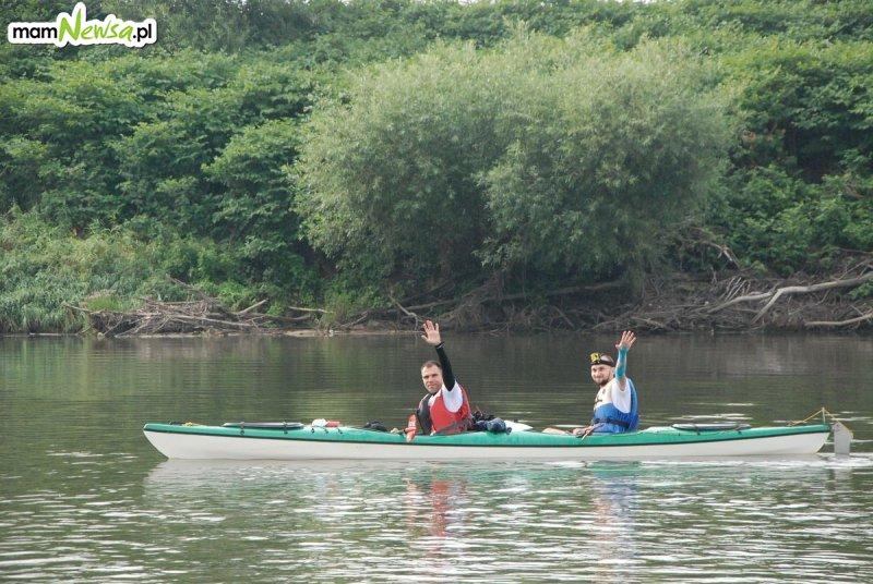 Dwóch nauczycieli płynie kajakiem do Gdańska dla chorego Wiktora