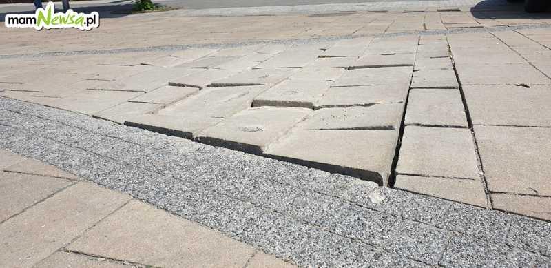 Zdeformowana kostka na placu Mickewicza