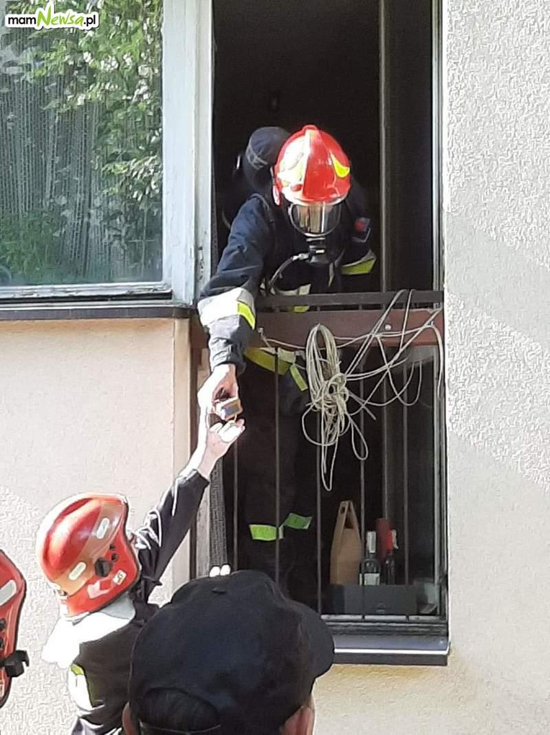 Niedzielna interwencja strażaków w jednym z bloków [FOTO] [AKTUALIZACJA]