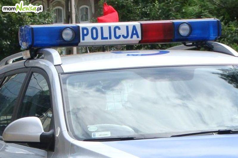 Policja szuka sprawcy uszkodzenia auta przed bankiem