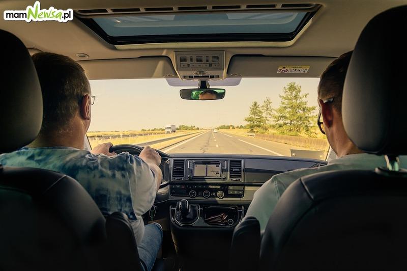 Zmiany z przepisach. 500 zł mandatu za nietrzymanie rąk na kierownicy!