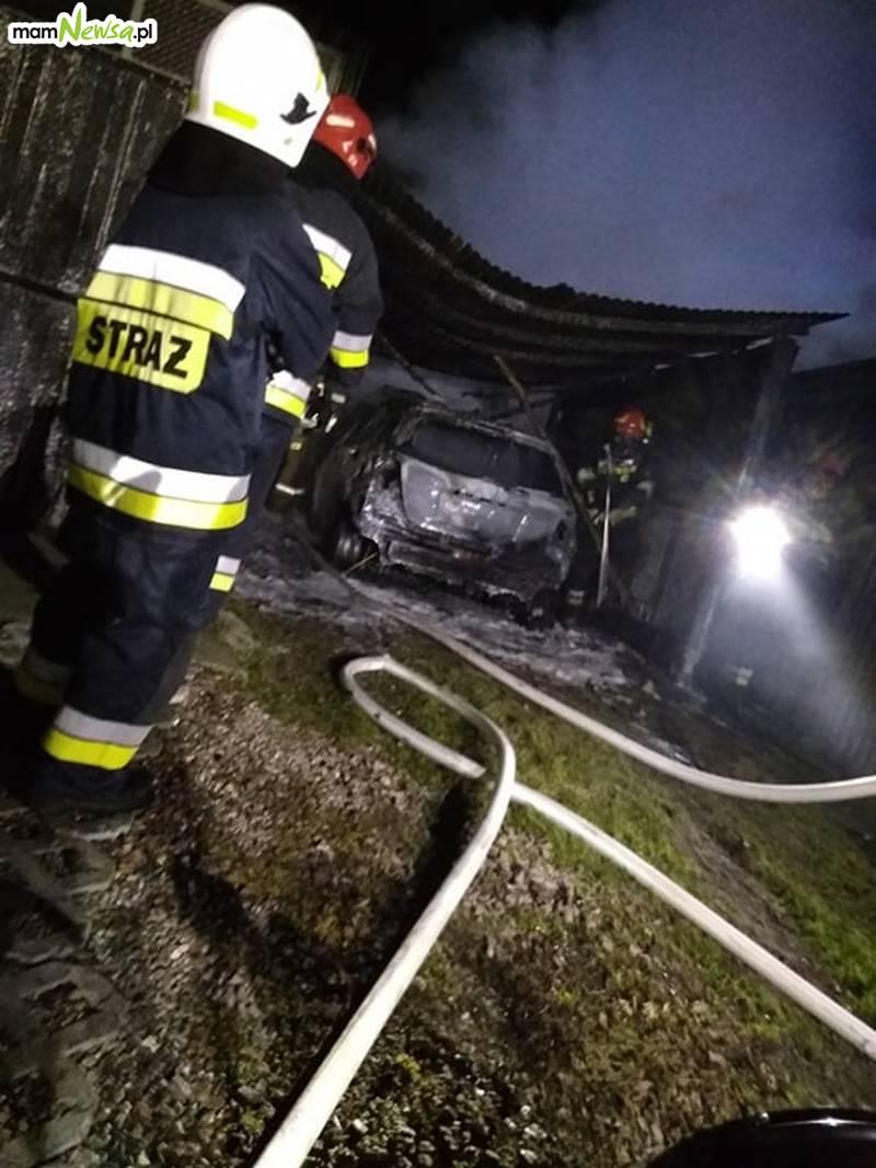 W nocy samochód poszedł z dymem