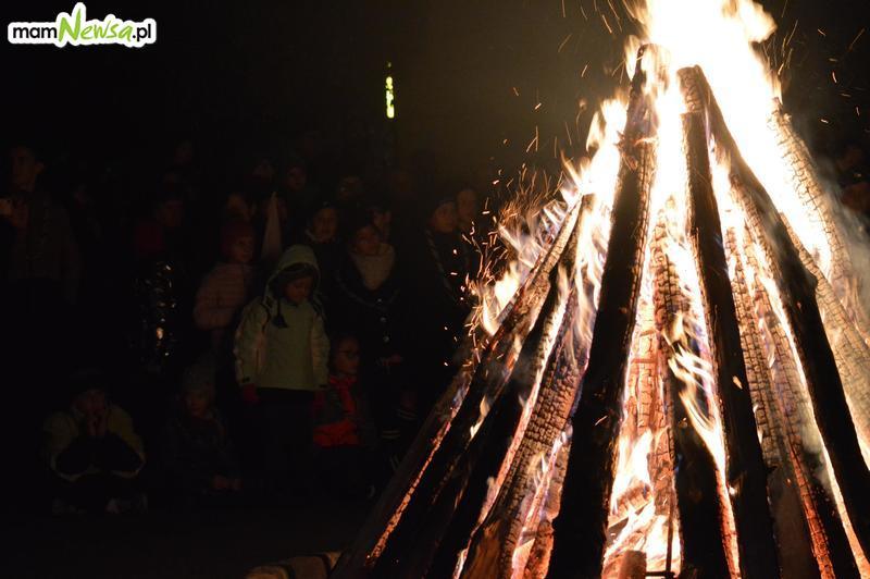 Wieczorne ognisko w centrum miasta [FOTO]