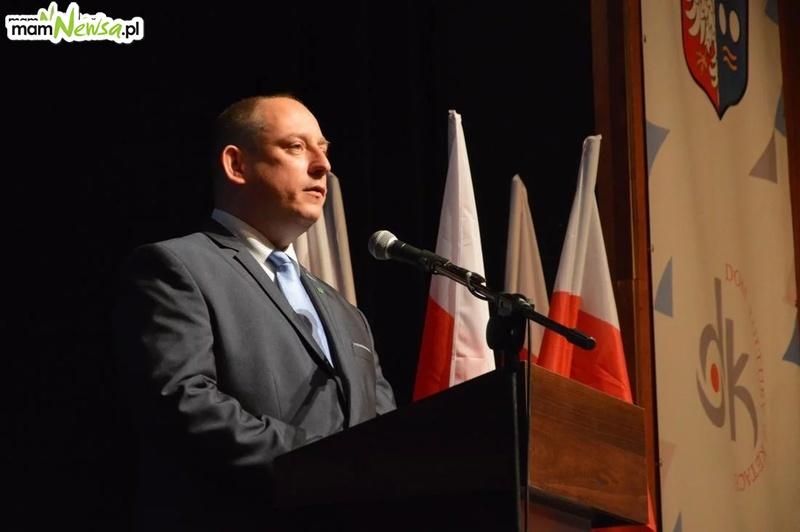 Burmistrz gasi kryzys wizerunkowy po skandalicznym zachowaniu przewodniczącego