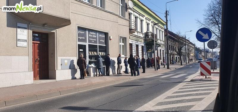 Długie kolejki na pocztę i do banku