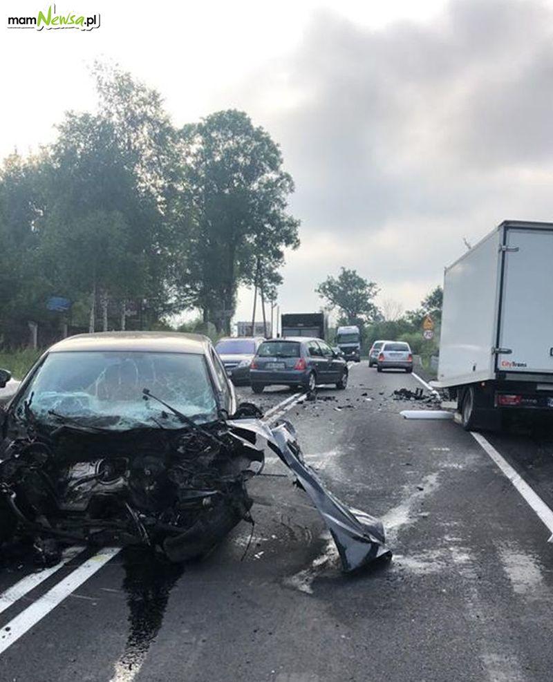 Zderzenie dwóch samochodów na drodze krajowej