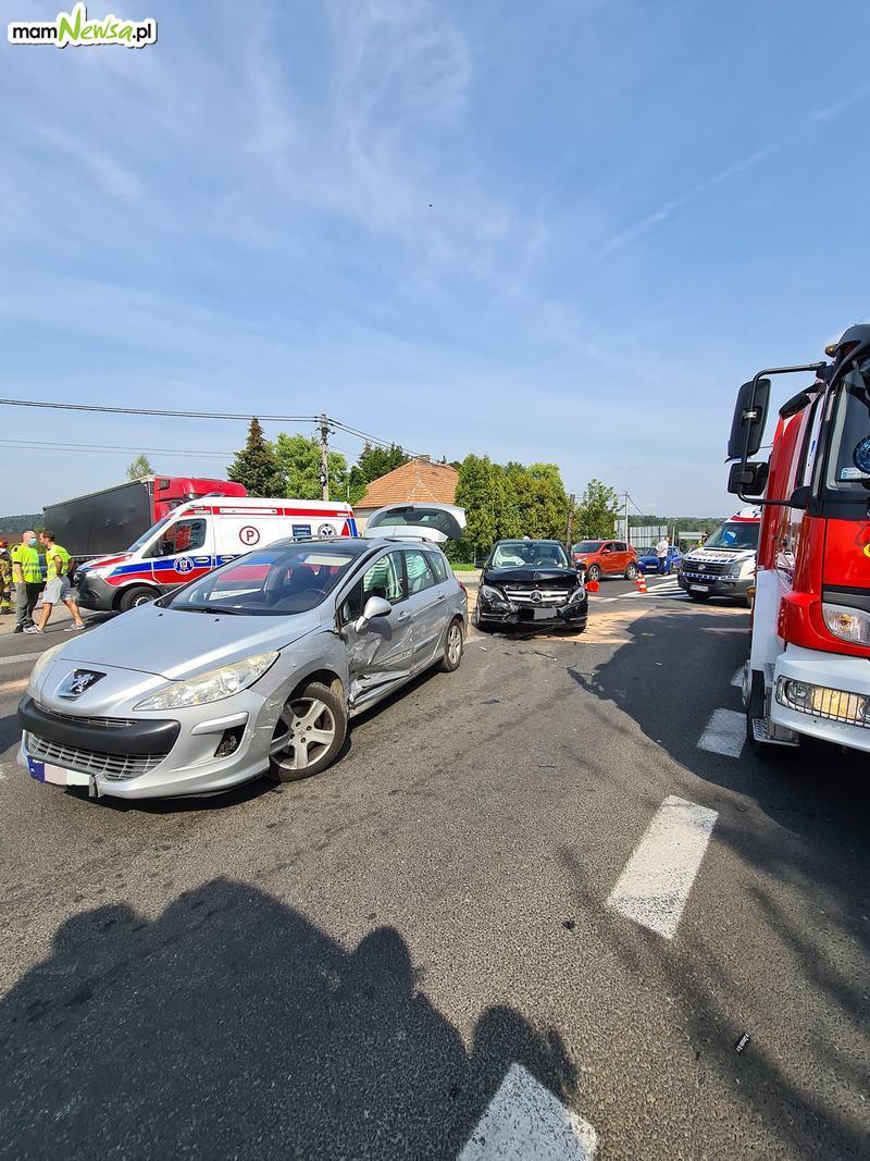 Zderzenie dwóch pojazdów na krajówce. Są ranni
