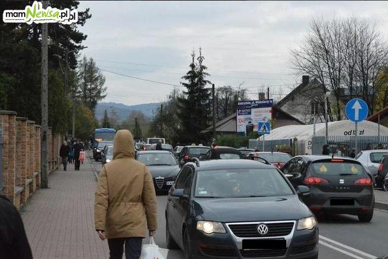Autobusem na cmentarz? W Kętach - tak, w Andrychowie - nie.