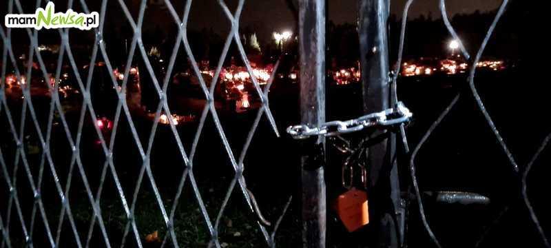 Nagłe zamknięcie cmentarzy zaskoczyło wszystkich. Tłumy w piątkowy wieczór