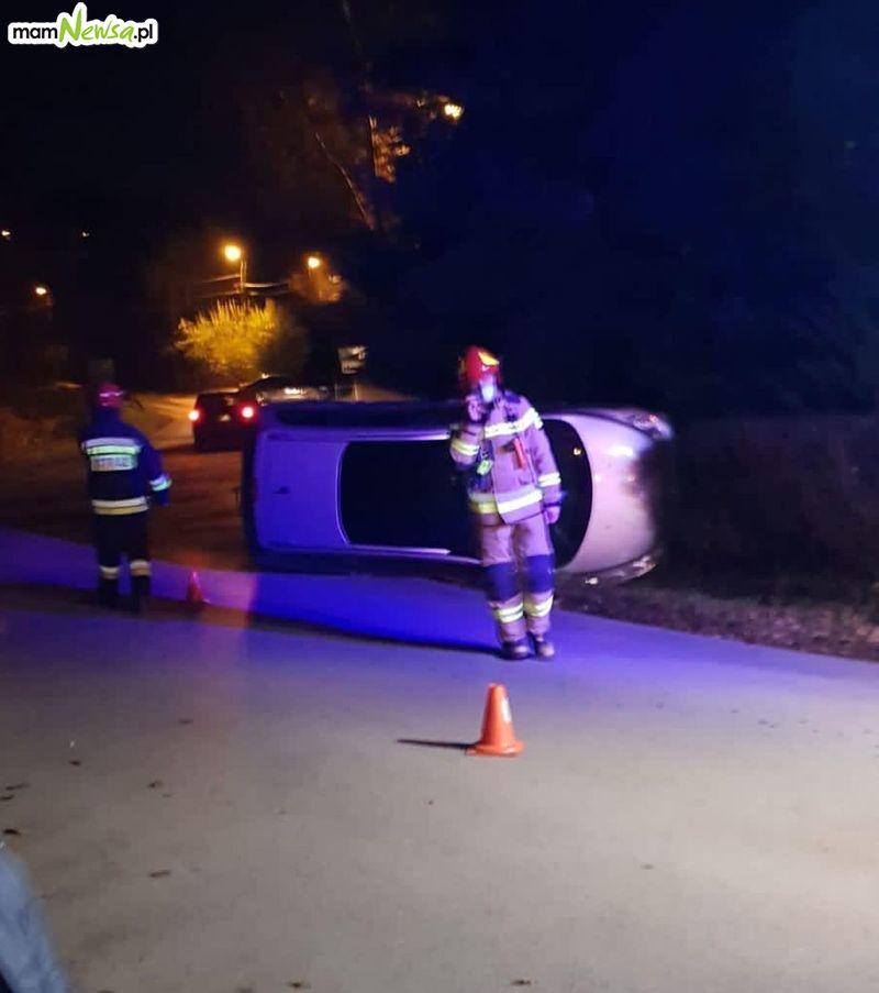 Niebezpiecznie! Auto wypadło z drogi