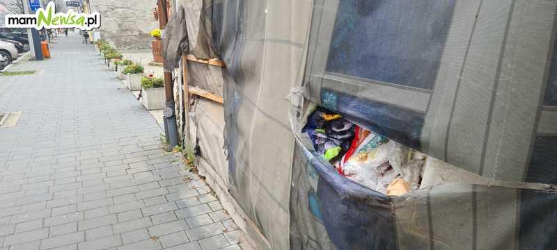 Kamienica w centrum Andrychowa straszy. Wysypują się z niej śmieci