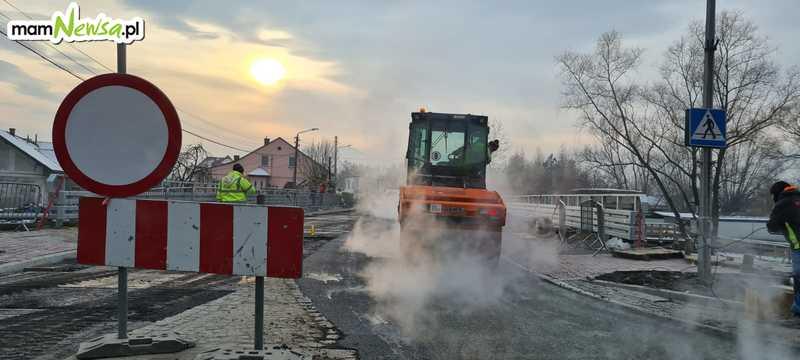 Położyli asfalt na nowym moście [FOTO]