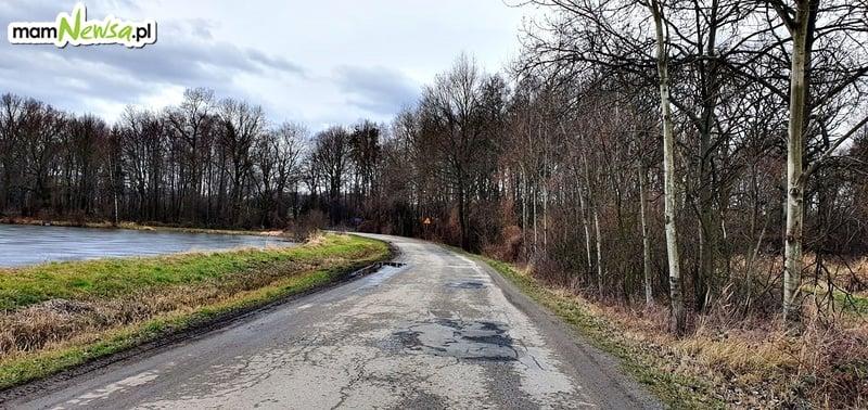 Tragiczny stan dróg lokalnych w gminie Kęty. Radny apeluje o wykonanie chociaż rowów