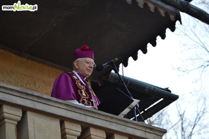 Biskup o apostazji. Coraz więcej osób wypisuje się z Kościoła