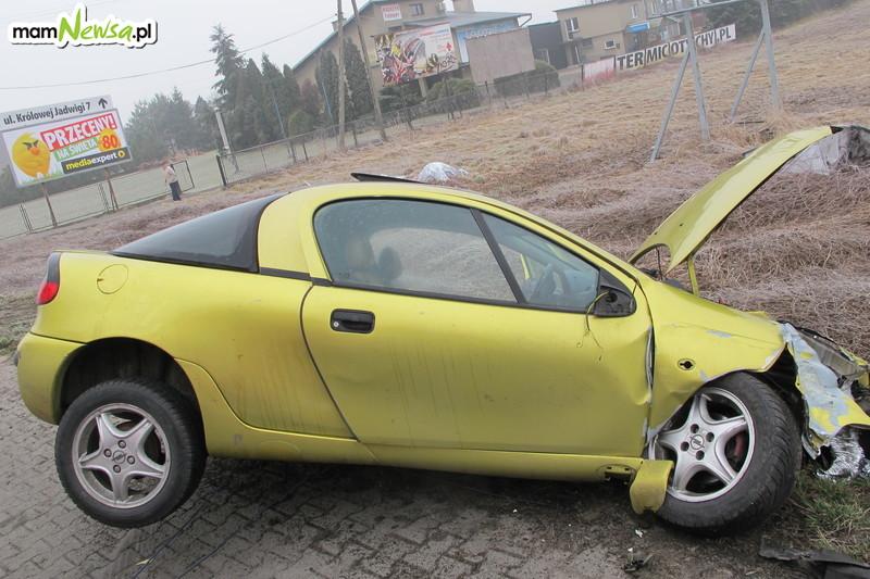 Pijany kierowca uderzył w znak drogowy i słup telekomunikacyjny