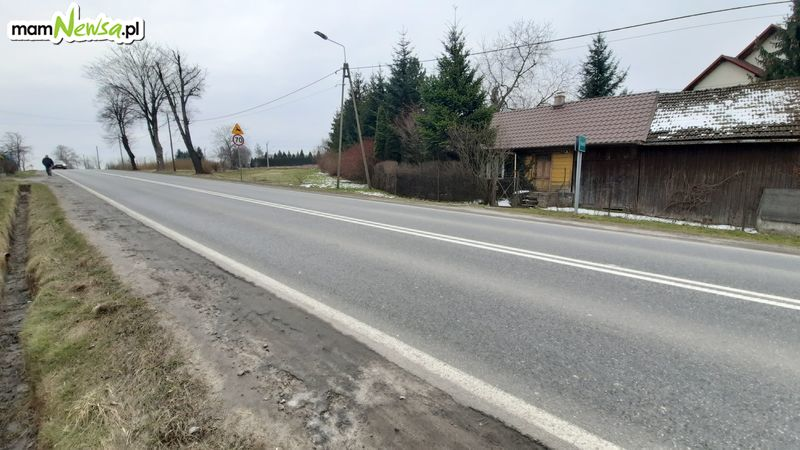 A chodników przy drodze krajowej w Inwałdzie i Choczni jak nie było tak nie ma