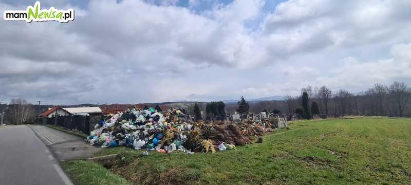 Góra śmieci przy cmentarzu