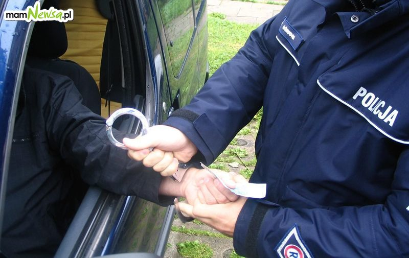 Pijany kierowca próbował wręczyć policjantom łapówkę