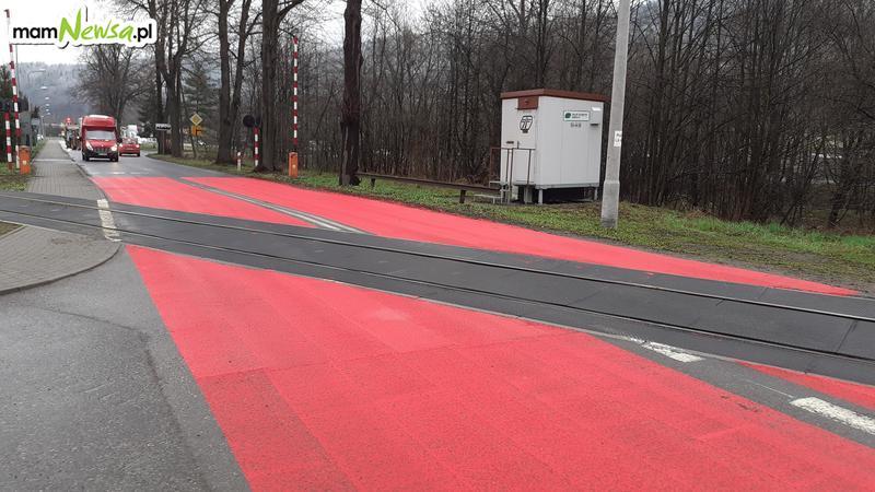 Przejazd kolejowy pokryty farbą. Przez to będzie bezpieczniej?