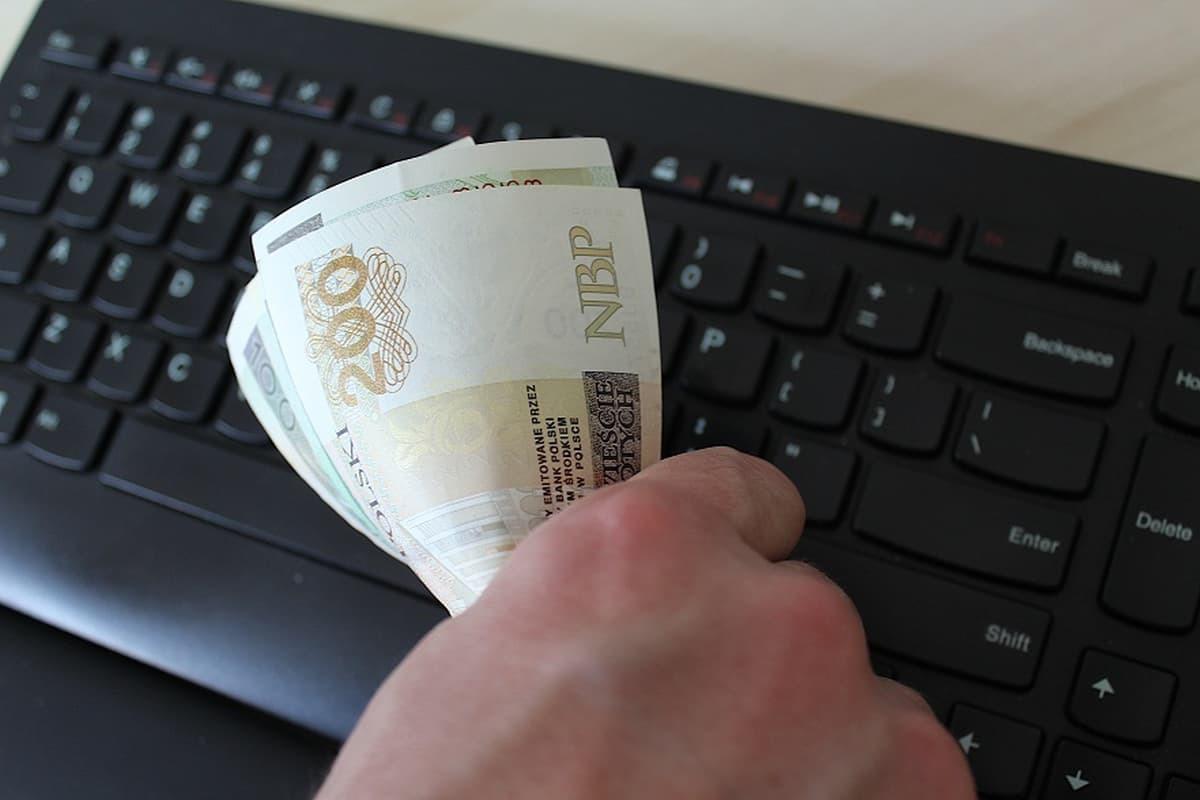 Oszuści przejmowali kontrolę nad komputerami mieszkańców i wypłacali pieniądze z kont