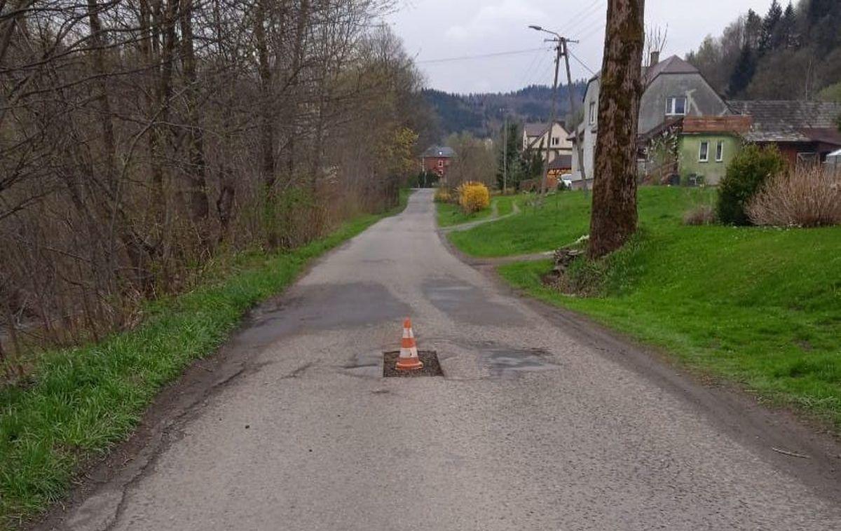 Łatanie dziur zaczęli od postawienia przeszkód na środku drogi
