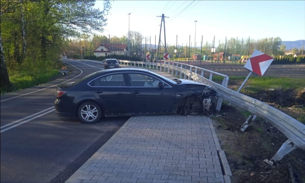 Samochód uderzył w barierę