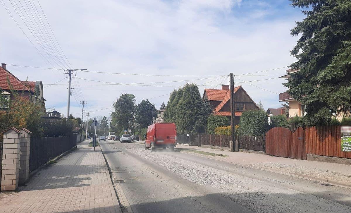Pełno kurzu na Dąbrowskiego. Kiedy położą asfalt?