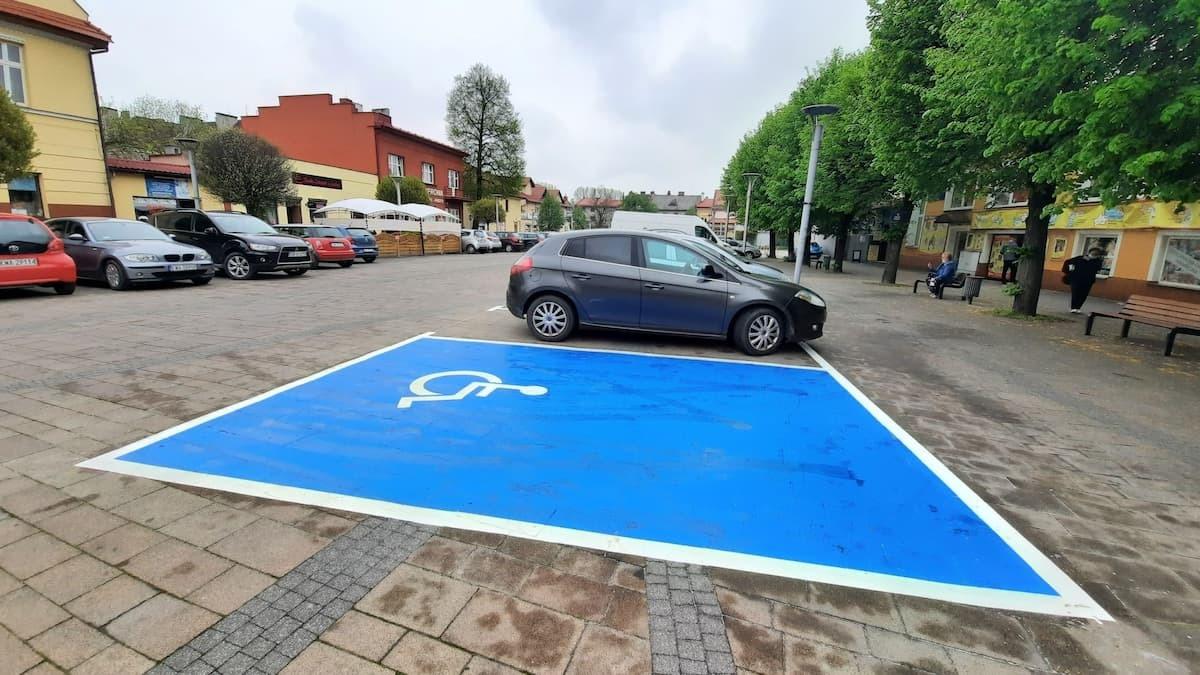 Pasy płatnego parkowania namalowane na placu Mickiewicza w Andrychowie