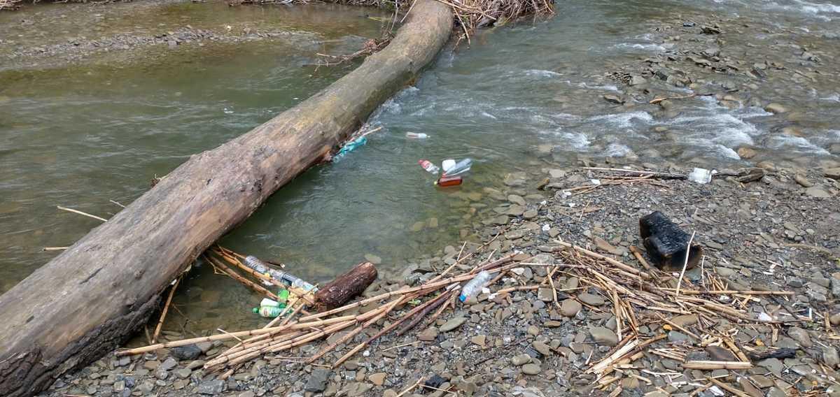 Śmieci spływają Wieprzówką