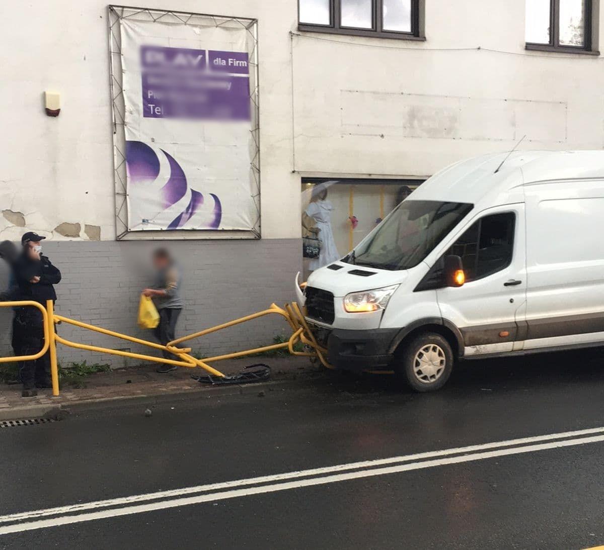 Kolizja w Andrychowie. Auto wjechało w barierkę [FOTO]