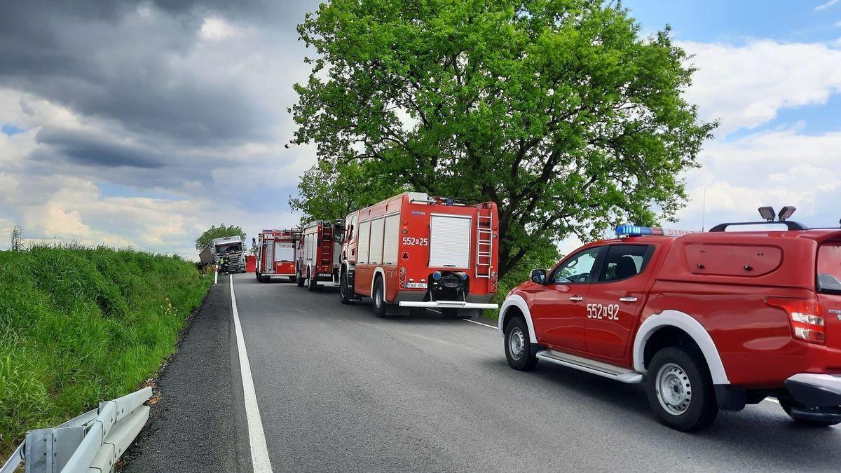 Poważny wypadek, zderzenie motocyklisty z ciężarówką [FOTO] [AKTUALIZACJA]
