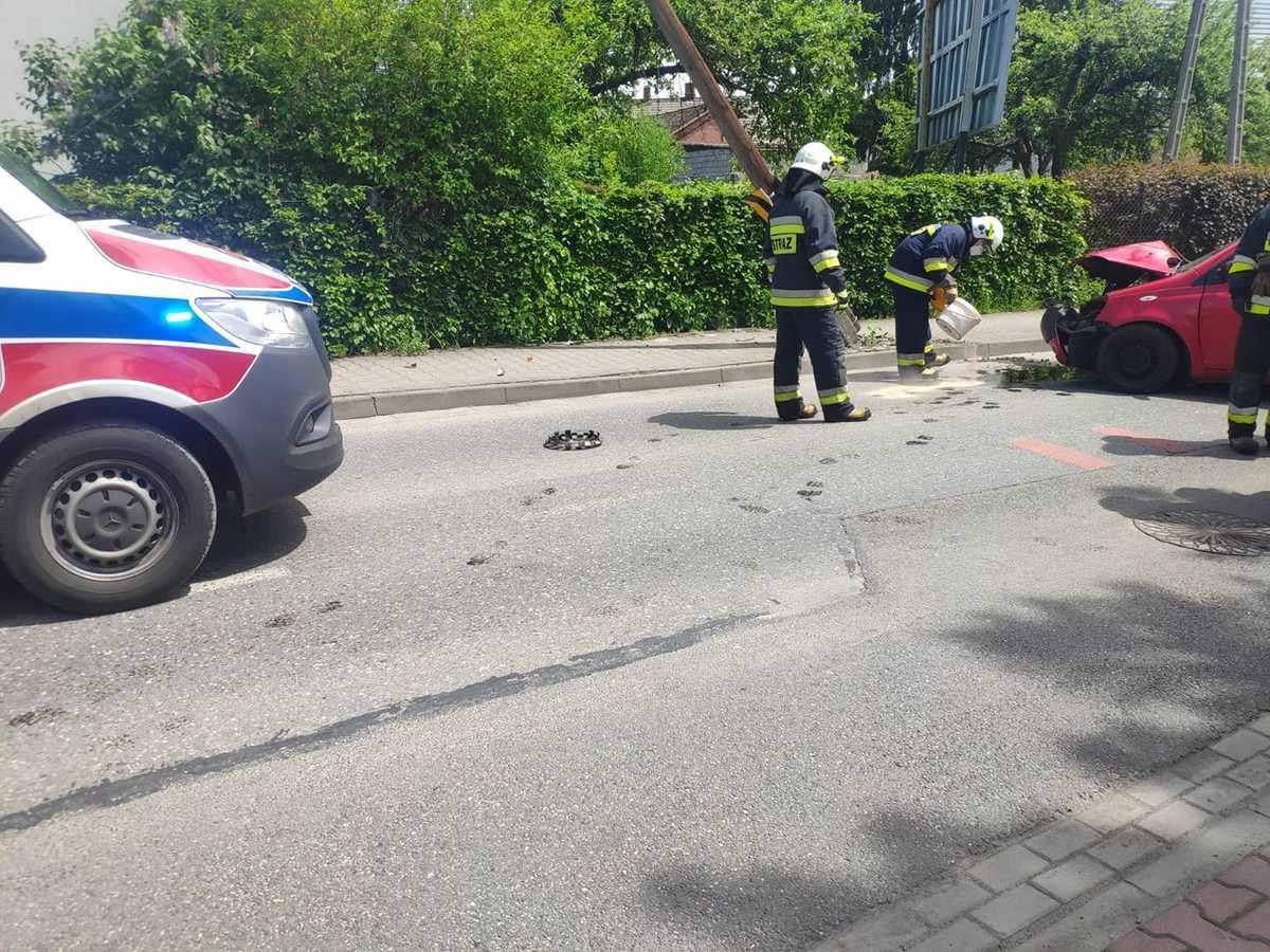 Samochód uderzył w słup, droga zablokowana