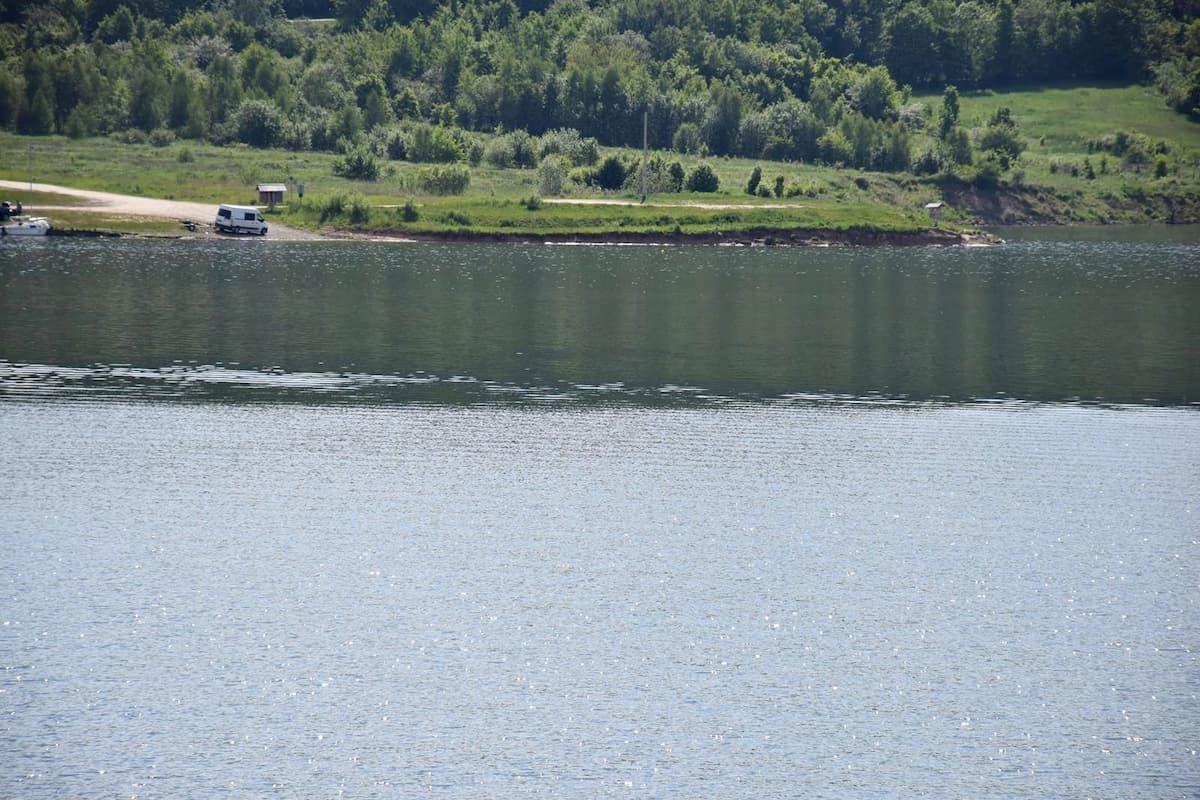 Jezioro Mucharskie. Wędkarze, kajaki, ptactwo wodne i piękne widoki [FOTO]