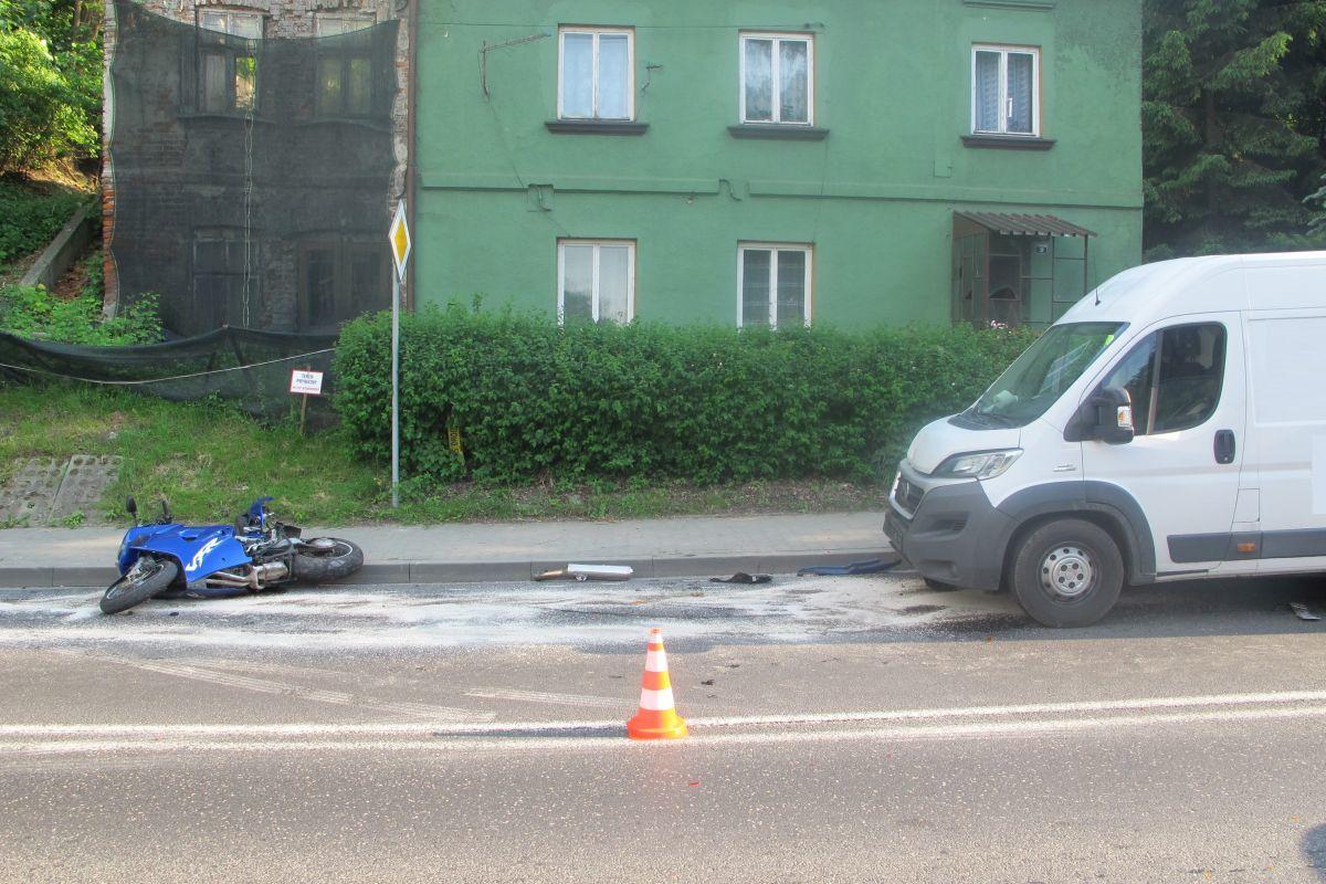 Policjanci ustala przyczyny zdarzenia z udziałem motocyklisty