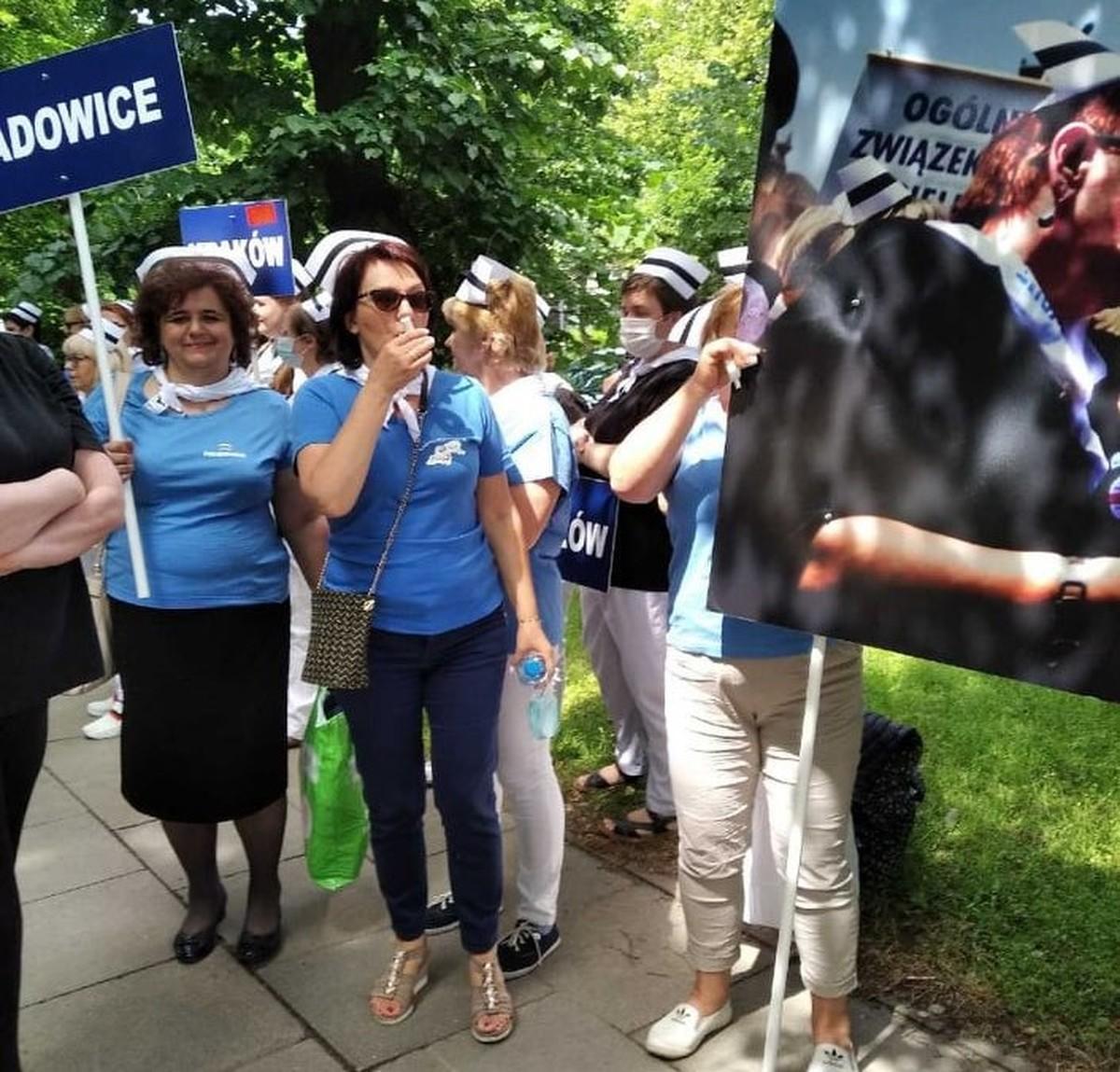 Pielęgniarki z Wadowic i Andrychowa protestują pod Sejmem