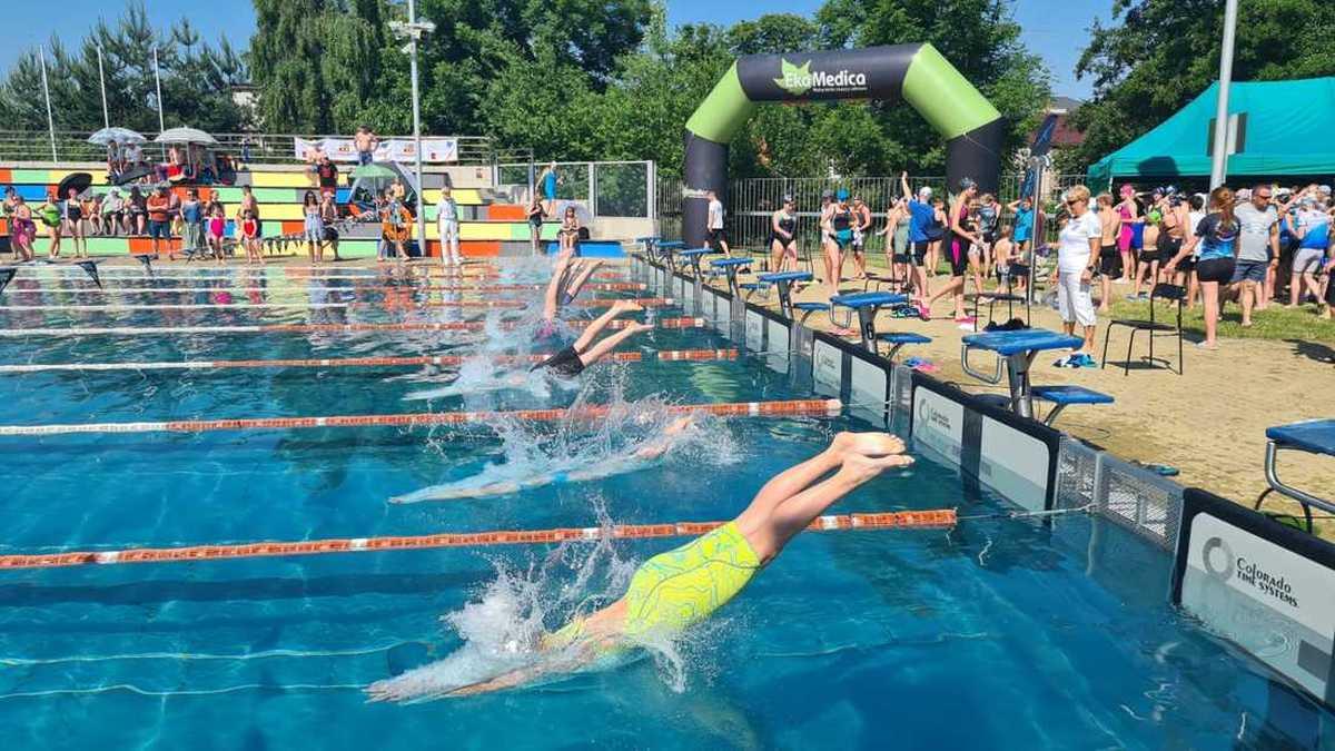 Pierwszy weekend w tym roku na basenie odkrytym w Andrychowie [FOTO]