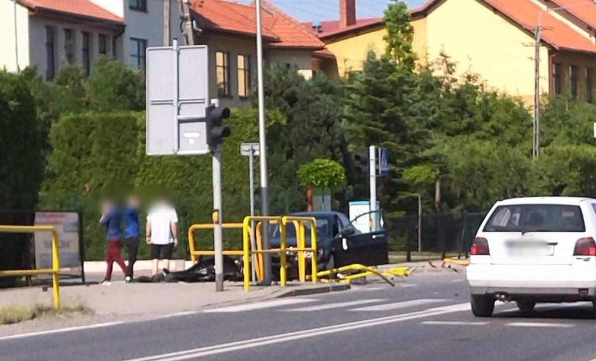 Auto staranowało barierki obok szkoły