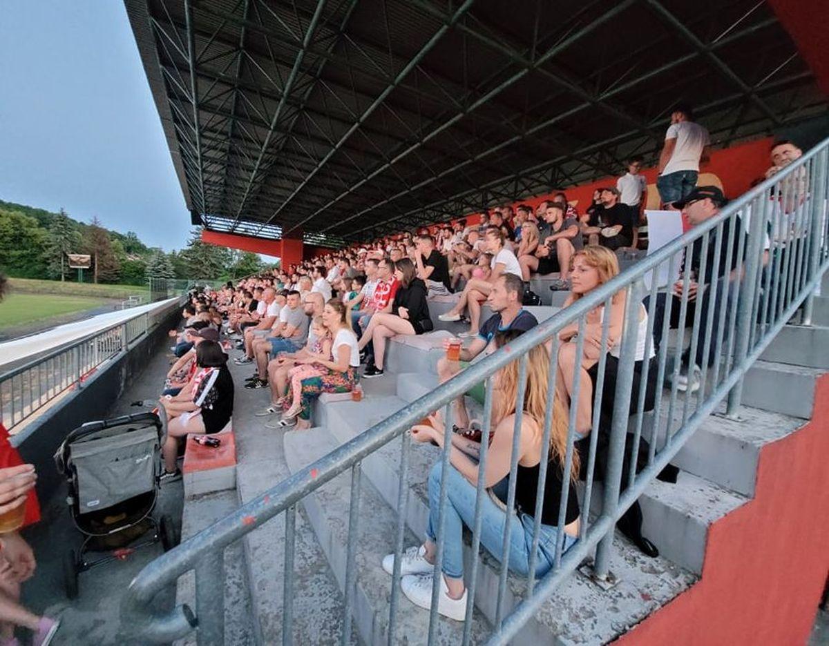 Setki osób w Strefie Kibica na stadionie w Andrychowie