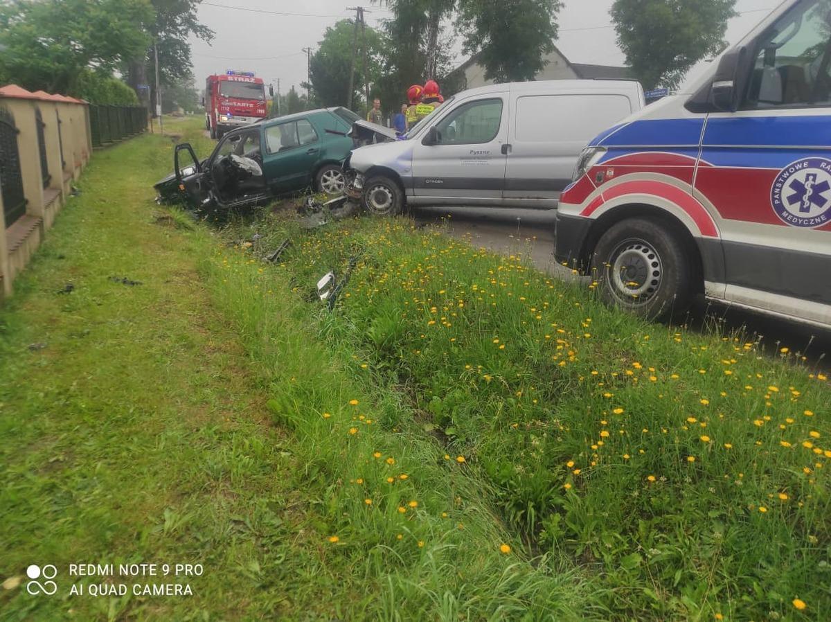 Zderzenie dwóch aut, jedna osoba poszkodowana