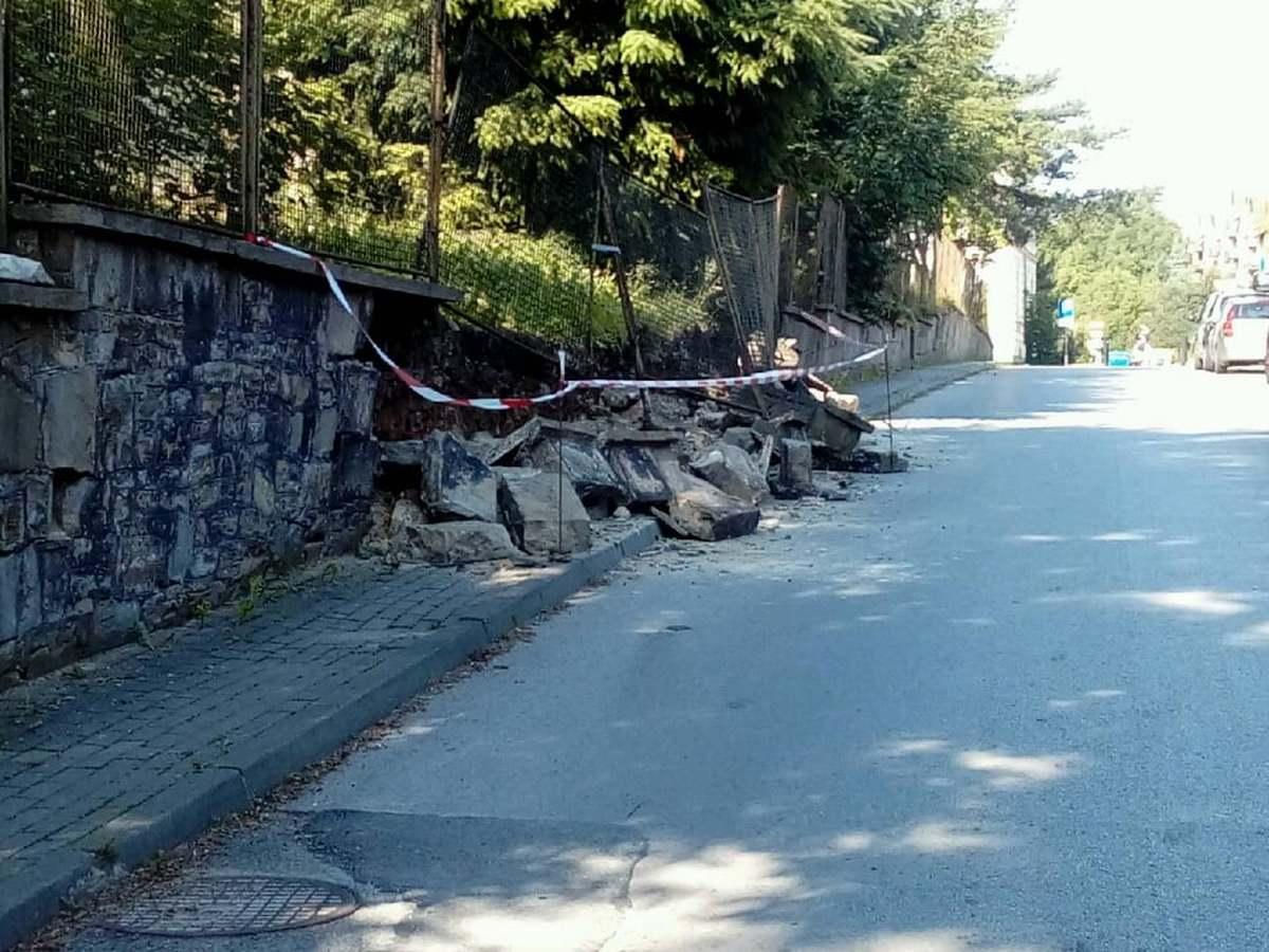 Na chodnik runął mur. Zrobiło się niebezpiecznie