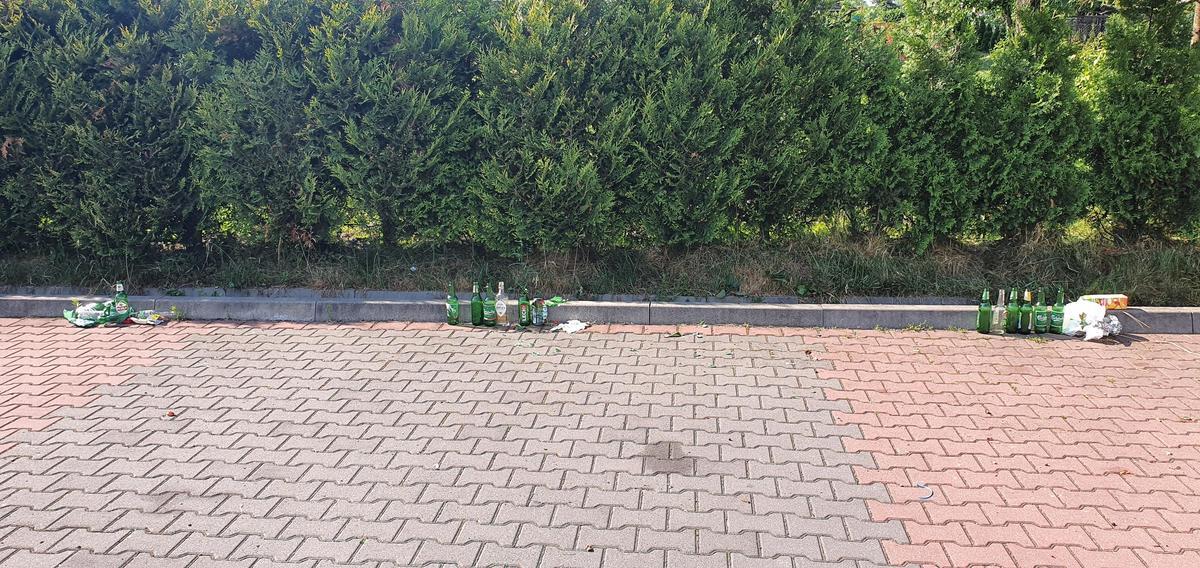 Tak wygląda parking koło szkoły po weekendzie
