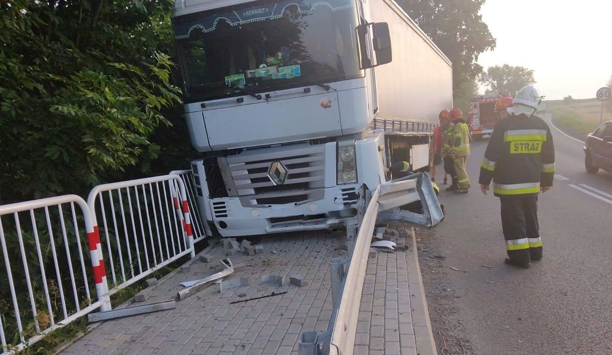 Ciężarówka wjechała w bariery