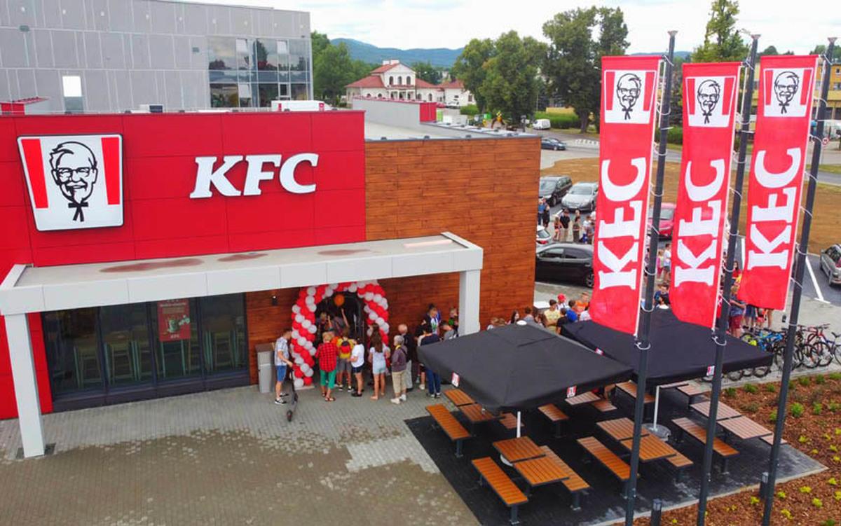 Restauracja KFC otwarta. Ludzie czekali w kolejce