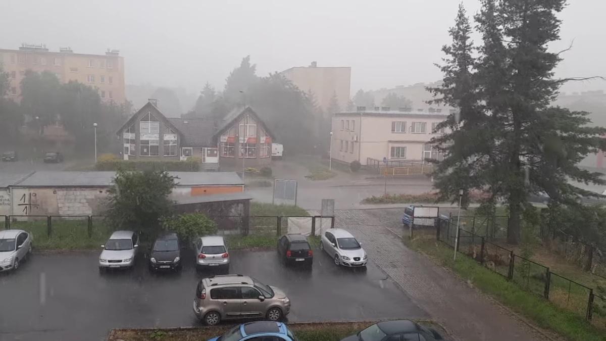 Burze z gradem, opady deszczu i wiatr. Synoptycy ostrzegają